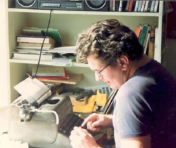 Poet John Forbes writing in Newtown. Image Credit: Laurie Duggan via Australian Poetry Library